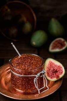 銅のトルコの大皿のガラス瓶のイチジクジャム