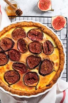 무화과 타르트. 소박한 나무 테이블에 신선한 무화과와 염소 치즈를 곁들인 맛있는 타르트. 평면도