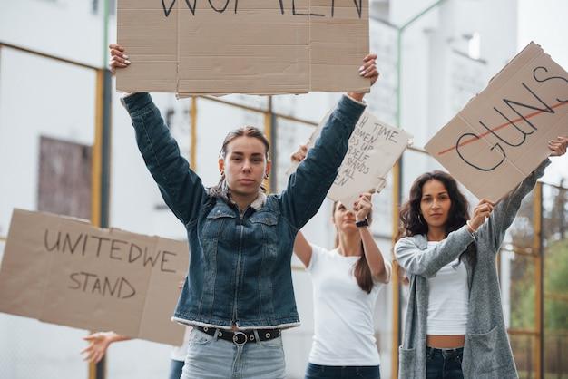 당신의 권리를 위해 싸우십시오. 페미니스트 여성 그룹 야외에서 시위