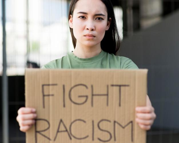 段ボールの正面に人種差別の見積もりを戦う
