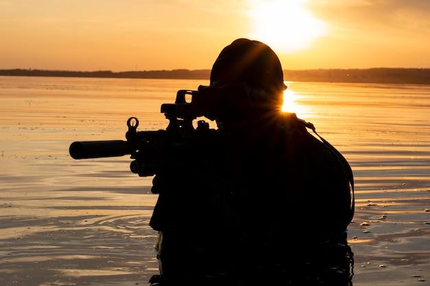 特殊部隊の戦闘機が水を離れ、作戦開始の準備をします。ミクストメディア。世界の不安定さ、敵意、危機の概念。ロシア対アメリカ