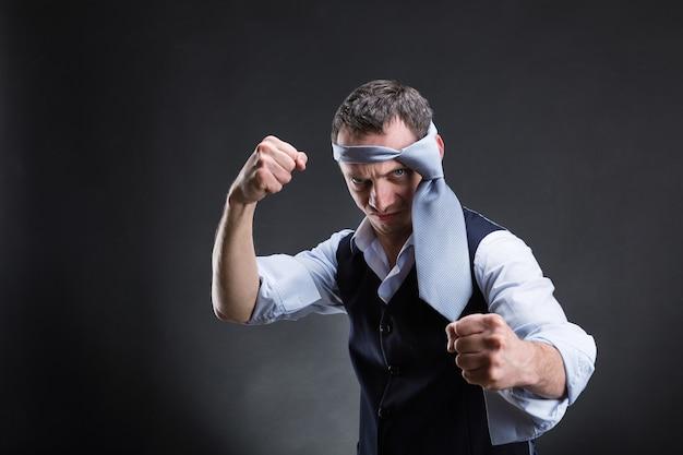 Боевой бизнесмен с галстуком на голове