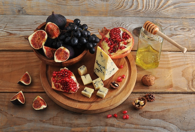 Figs and black grapes in a wooden bowl