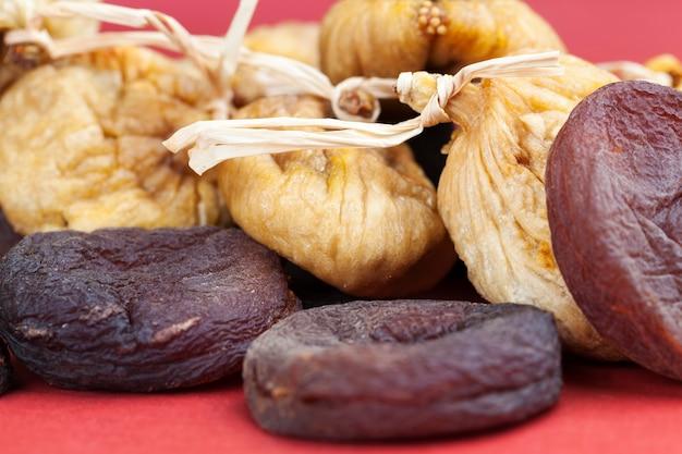 Инжир, сушеный естественным способом с помощью солнца, сушеные желтые съедобные плоды инжира и абрикосов