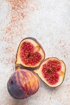 イチジクの新鮮な熟した果物の新鮮な部分は、テーブルのコピースペース食品の背景に食事スナックを食べる準備ができています