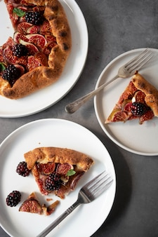 新鮮なイチジクとイチジクのガレット。伝統的な素朴なフルーツの自家製パイ、上面図。
