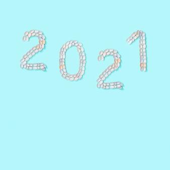 Фигурка 2021 выложена из небольших похожих натуральных ракушек. летняя концепция дизайна с ракушками