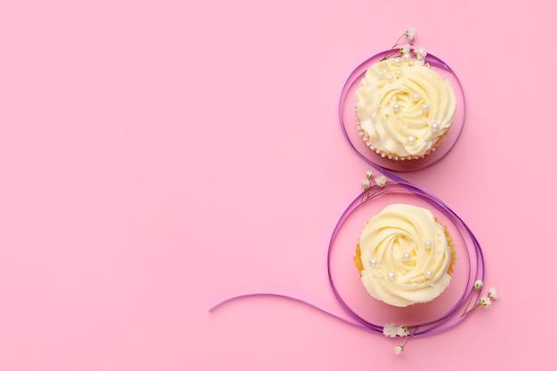 Фигурка 8 из фиолетовой ленты и кексов на розовом