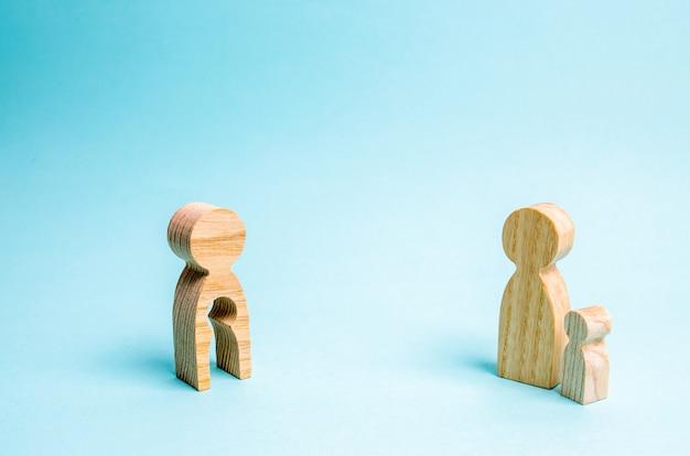 Фигура мужчины с пустой формой в виде ребенка и ребенка.