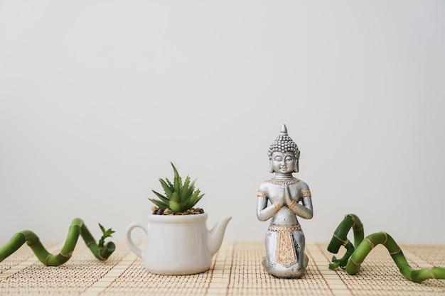 Рисунок будды и горшка с декоративным бамбуком