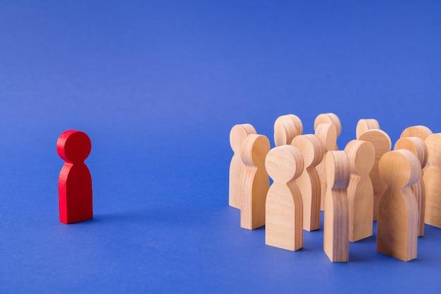 Фигура предпринимателя, выбирающего талантливого человека среди многих кандидатов