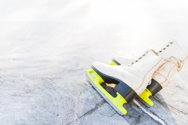 Фигурные коньки на поцарапанных льдах