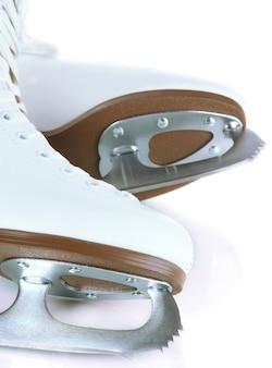 Фигурные коньки на белом