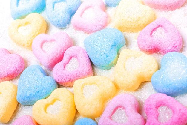 Фигурный цвет сладкого сахара в сердечке любви. фон на день святого валентина
