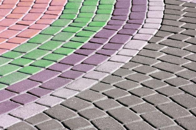 색깔이 있는 돌의 포장도로. 걷기용 덮개