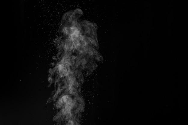 어두운 배경에 연기가 나왔다. 추상적 인 배경, 디자인 요소, 사진에 오버레이.