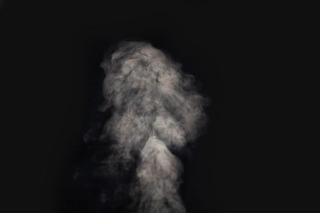 暗闇の中で煙を考え出した
