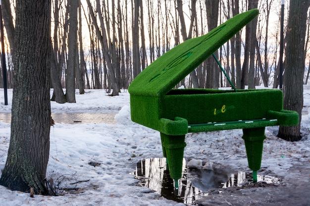 잔디에서 인물입니다. 웅덩이에 푸른 잔디로 덮인 피아노. 이른 봄.