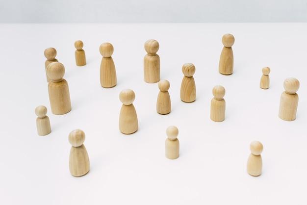 Фигуры в уединении, изолированные от других людей, минималистичные, вид сверху.