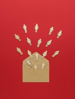 Фигуры людей, вылетающих из открытого почтового конверта на красном фоне.