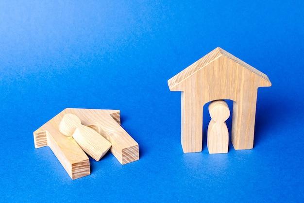 難民と犠牲者への戦争紛争支援をテナントと一緒に無傷で壊れた家の数字