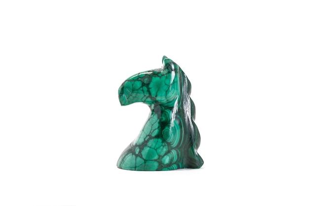 흰색 배경에 고립 된 녹색 대리석으로 만든 말의 입상