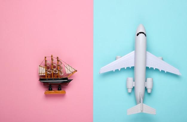 Фигурка корабля, самолета на сине-розовой пастели.