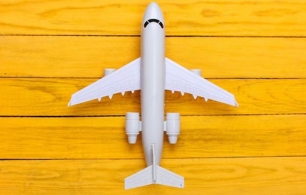 黄色い木製の飛行機の置物
