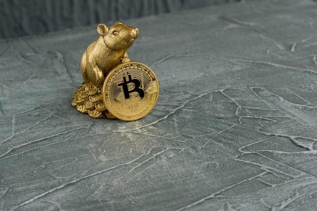 Статуэтка рождественской крысы символ нового 2020 года с монетой golden bitcoins