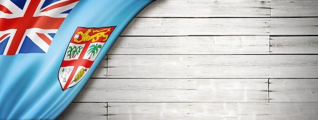 Флаг фиджи на старой белой стене. горизонтальный панорамный баннер.