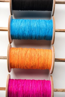 Fikri Or Reel은 Chakri Or Spool로도 알려져 있으며 다채로운 실 또는 Manjha가 있는 연 날리기에 사용됩니다. 흰색 배경 위에 선택적 포커스 프리미엄 사진