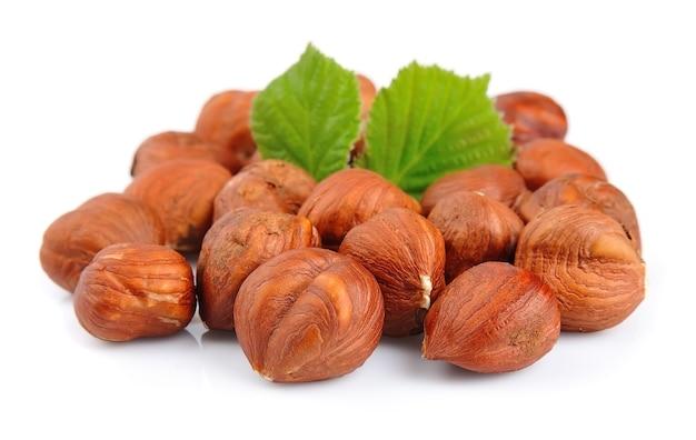 Орехи фундука с зеленым листом изолированные