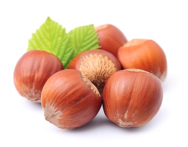 Орехи фундука с листьями крупным планом