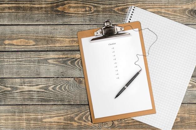 Папка с ручкой и бумагой на фоне