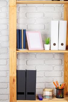 オフィスの棚の上に立っているファイルフォルダー