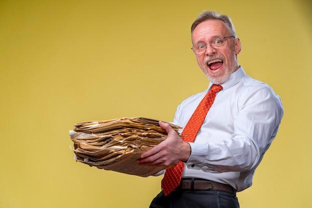 Файлы в руках удивленного бизнесмена или менеджера