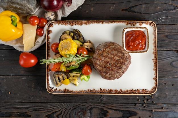 フィレミニョンステーキと野菜のグリル。
