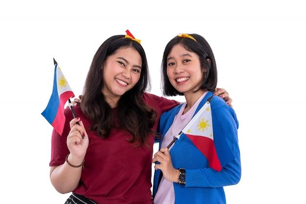 フィリピンの国旗を保持しているフィリピン人女性