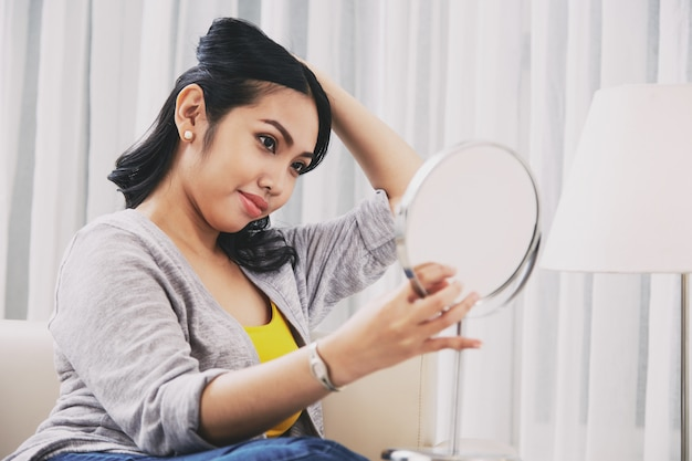 필리핀 여자 거울을보고 머리를 만들기