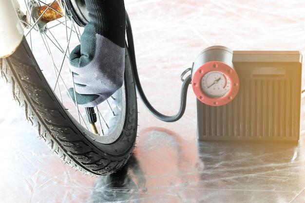 자전거 타이어에 압력 공기를 채우십시오