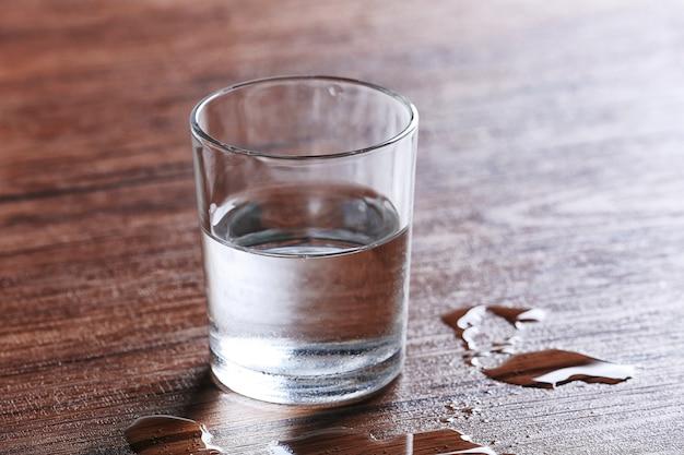 木製の水の入ったガラス Premium写真
