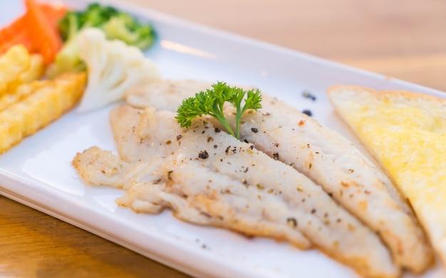 フィレ魚ステーキ