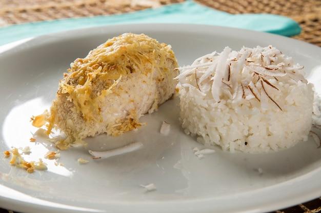 코코넛 라이스를 곁들인 대구 필레