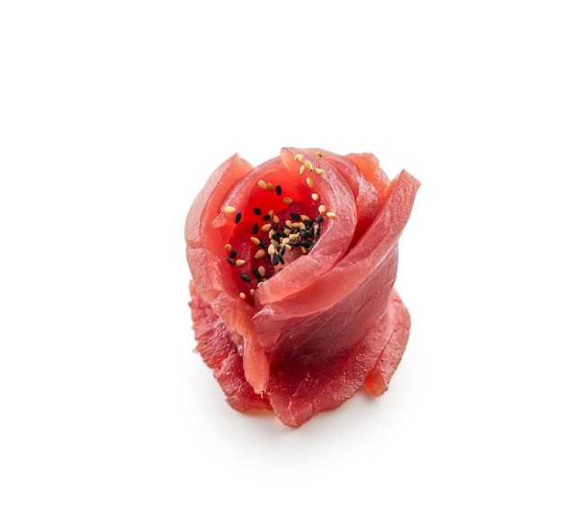 Филе сырого тунца с кунжутом, изолированные на белом фоне.