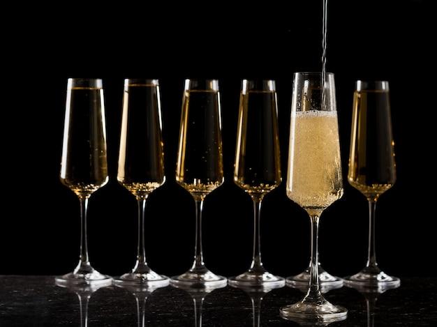 Наполнение бокала игристым вином