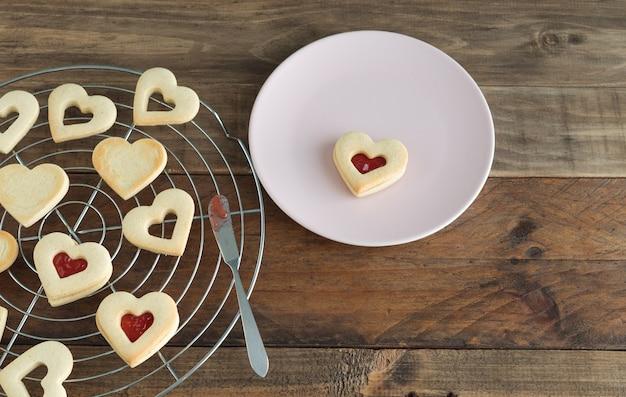 Начинка печенья в форме сердца с вареньем. концепция дня святого валентина.
