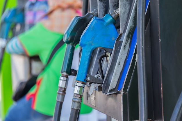 차에 연료를 공급하는 주유소.