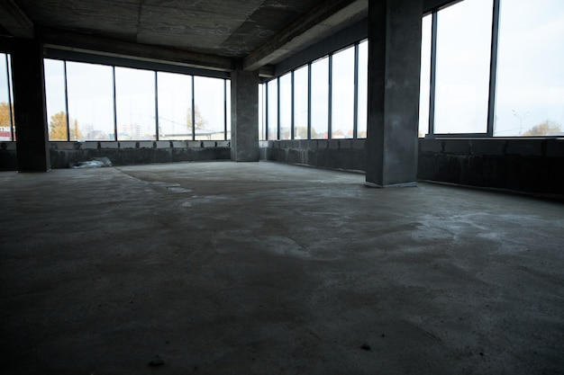 Заливка пола бетоном, стяжка и выравнивание пола. ровные полы из цементной смеси, промышленное бетонирование.