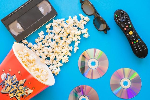 Concetto di pellicola con secchio di popcorn