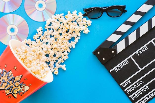 Concetto di pellicola con popcorn e clapperboard